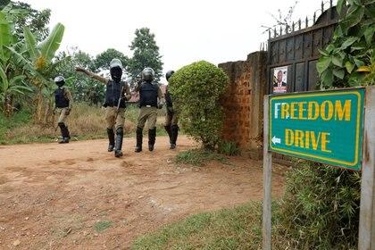 Agentes de la policía ugandesa ordenan a los periodistas que abandonen una carretera que conduce a la casa de Bobi Wine en Kampala, Uganda, el 16 de enero de 2021 (REUTERS/Baz Ratner)