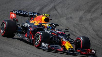 Fórmula 1: Hamilton le ganó a Verstappen en la última recta del GP de España y Checo Pérez terminó quinto