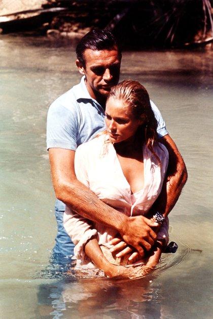 La pareja de El Satánico Dr No: Sean Connery y  Ursula Andress (Shutterstock)
