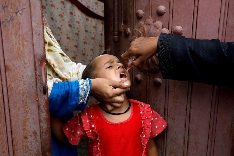 La poliomielitis generó epidemias en el siglo pasado, hasta que se desarrollaron vacunas efectivas y seguras, que permitieron controlar la enfermedad. En algunos lugares del mundo, aún hay dificultades en el acceso a esas vacunas, y la pandemia interfirió más el año pasado / REUTERS/Akhtar Soomro