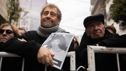 Sergio Villafañez con la imagen de su amiga Andrea Guterman. No faltó a ninguno de los 24 actos en memoria de las víctimas de la AMIA