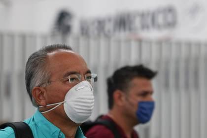 Capitalinos que llegan al Aeropuerto Internacional de la Ciudad usan cubrebocas como medida de protección del Covid-19. FOTO: GRACIELA LÓPEZ /CUARTOSCURO