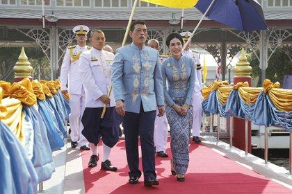El rey y su noble consorte Sineenat Wongvajirabhakdi llegan al Wasukri pier durante la celebración del cumpleaños 36 de la mujer del monarca que había caído en desgracia y fue perdonada (AP Photo)