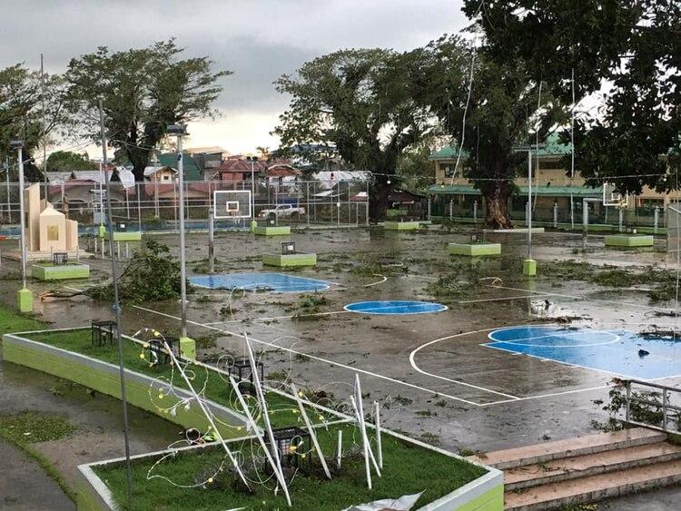 Árboles caídos rodean una pista de baloncesto tras el paso del tifón (Paul Cinco/via REUTERS)