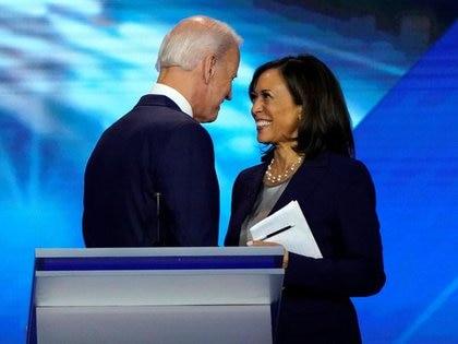 Foto de archivo de Joe Biden hablando con Kamala Harris tras un debate en Houston en medio de la carrera por la nominación demócrata a la presidencia de EEUU.  Sep 12, 2019. REUTERS/Mike Blake