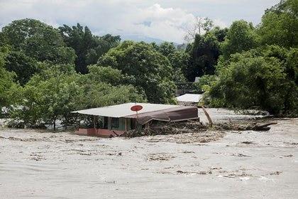Vista general de una casa inundada en San Pedro Sula, Honduras, afectada por la tormenta tropical Eta, que también provocó inundaciones y la muerte de personas en Costa Rica, Nicaragua, Panamá y Guatemala (Reuters)