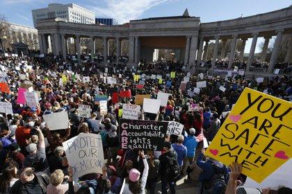 Miles de personas protestan por una de las primeras medidas de Donald Trump: el veto musulmán contra siete países (AP)