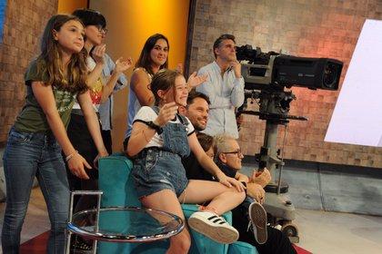 Amigos y familiares acompañaron a Mariana Fabbiani en su último programa (Crédito: Twitter @ddm_oficial)