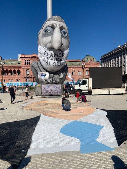 El inflable y el mural de Néstor Kirchner frente a la Casa Rosada