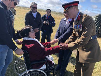 Vestido con su uniforme de gala el brigadier Nick Sawyer, Comandante de las Fuerzas Británicas de las Islas del Atlántico Sur, recibe a Elma Pelozo