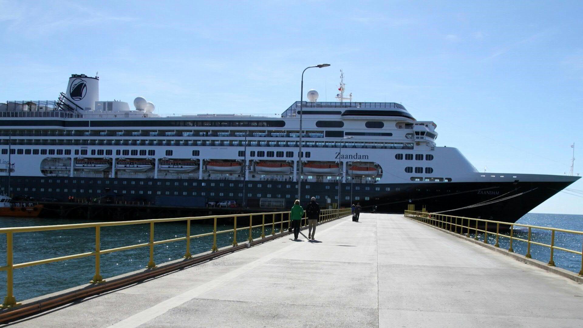 """Enclaustrados en su cabina del crucero Zaandam, los turistas franceses Françoise y su esposo Bernard, intentan mantener buen ánimo mientras ven que se cierran todos los puertos en su ruta por el Pacífico debido a la pandemia de coronavirus. """"Es un confinamiento extremo, nos sentimos un poco prisioneros"""", dicen."""