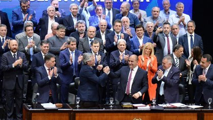 Alberto Fernández saluda a Juan Manzur en el acto de asunción del gobernador de Tucumán