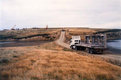 Las piezas del monumento se llevaron en 22 camiones desde Puerto Argentino a Darwin