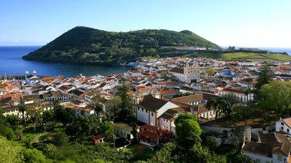 Las Azores son conocidas por sus cráteres volcánicos, aguas termales naturales, cascadas de 180 metros, montañas, lagunas cerúlelas y bosques densos (Shutterstock)