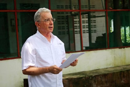 Former Colombian President Alvaro Uribe, who is under investigation for alleged witness tampering, speaks during a statement to the media after a judge lifted a house arrest order against him, in Monteria, Colombia October 12, 2020. REUTERS/Luis Dario Diaz. NO RESALES. NO ARCHIVE.