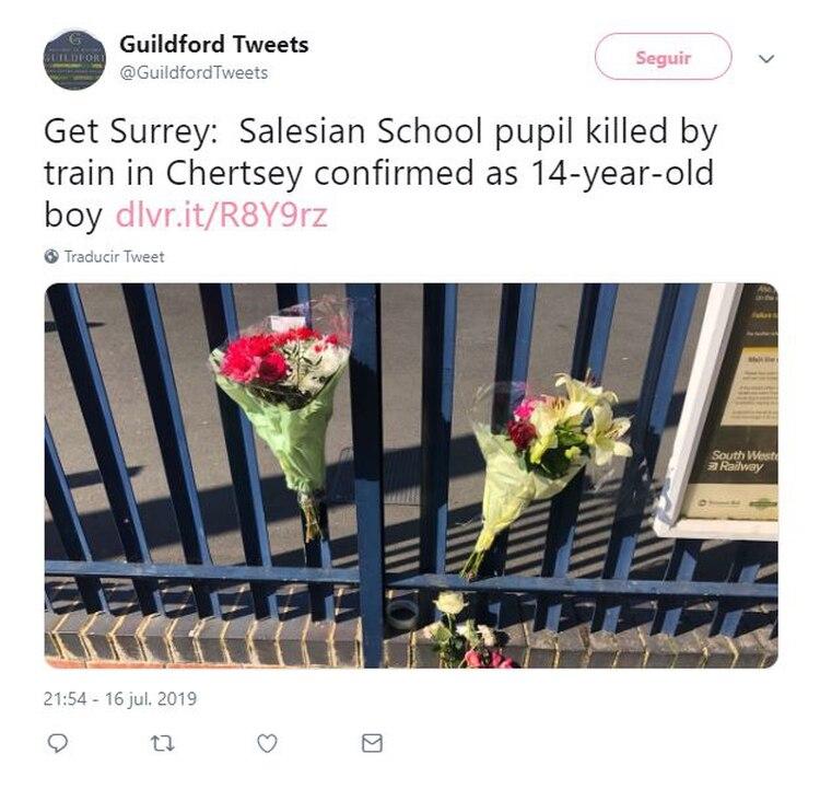 Una madre colocó una ofrenda floral en el homenaje instalado por miembros de la comunidad frente a la Escuela Salesiana (Foto: Twitter)