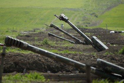 Artillería armenia desplegada cerca de la región de Nagorno Karabaj (Reuters)