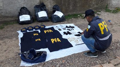 Pecheras de policías, gorras, palcas y balas: algunos de los elementos secuestrados a la Banda del Millón
