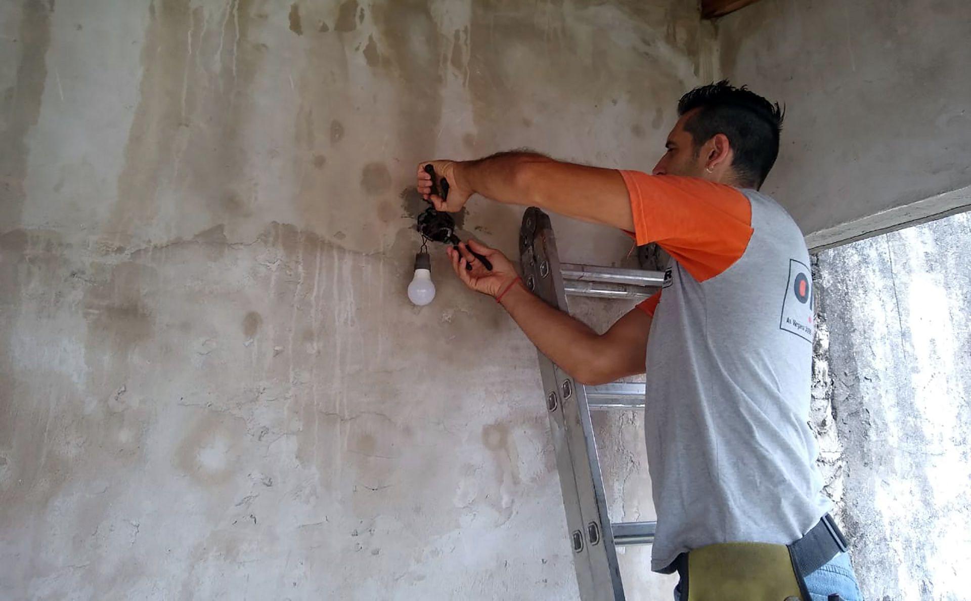 Damián es electricista y tiene tres hijos.