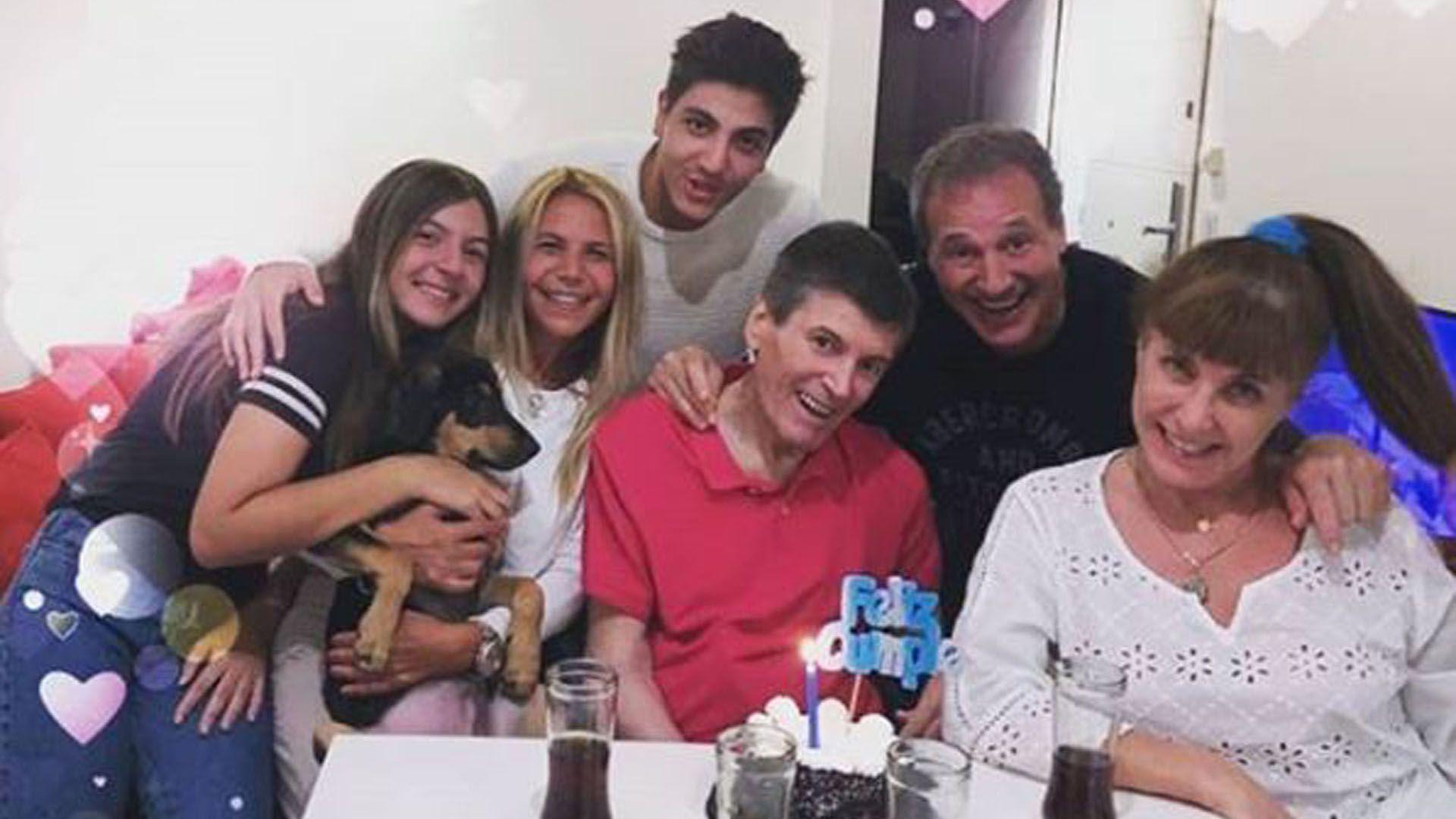Carlín Calvo con su familia y amigos en la celebración de un cumpleaños (Foto: Instagram)