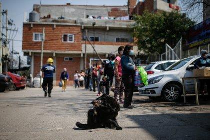 Personas hacen fila para obtener alimentos en un comedor comunitario, en una villa de la Ciudad de Buenos Aires (Argentina). EFE/JUAN IGNACIO RONCORONI/Archivo