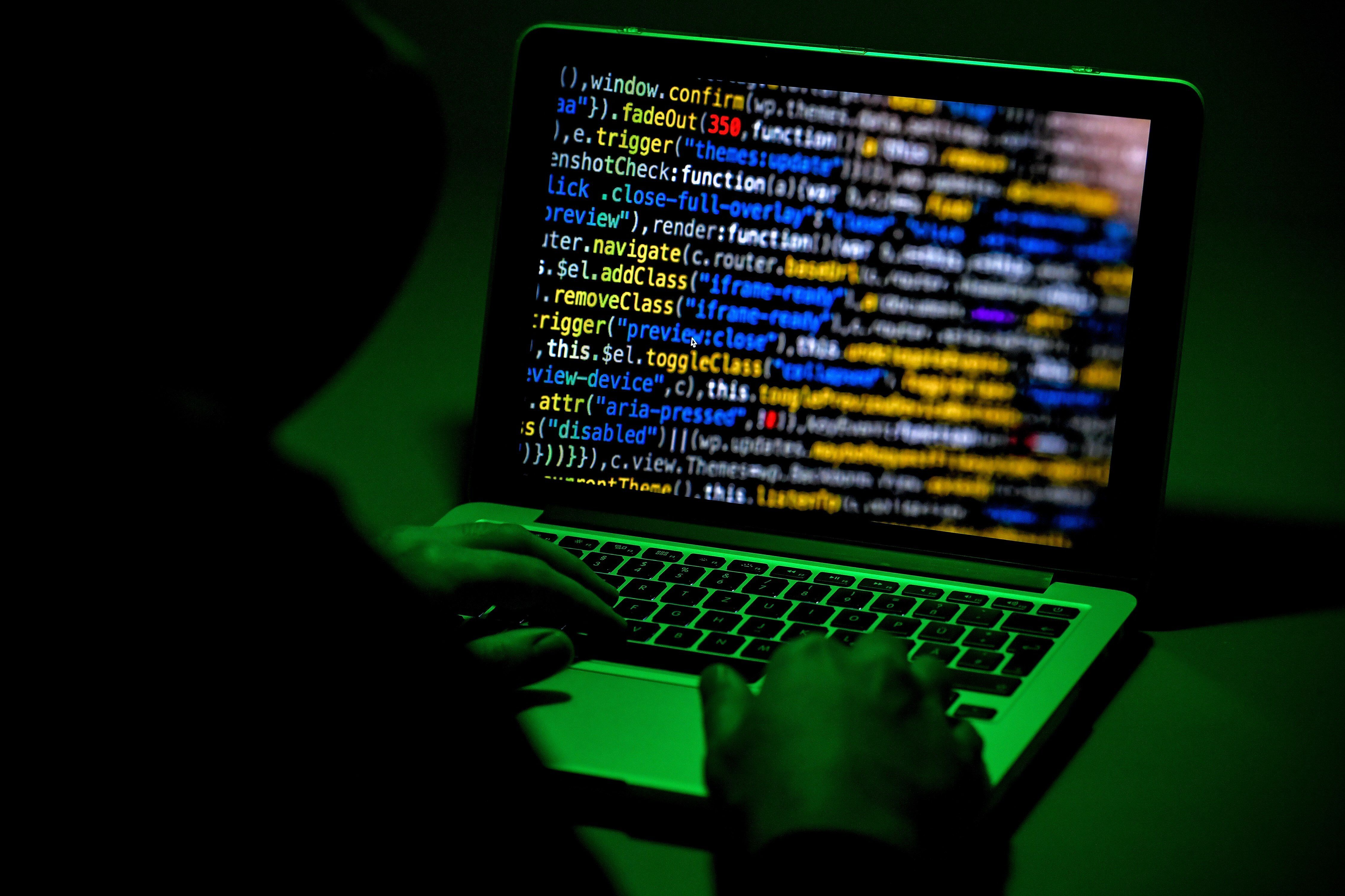Una persona utiliza un ordenador portátil. EFE/SASCHA STEINBACH/Archivo