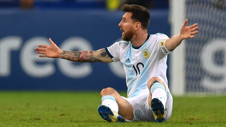 Lionel Messi protesta en el clásico ante Brasil en el estadio Mineirao (Photo by Pedro UGARTE / AFP)
