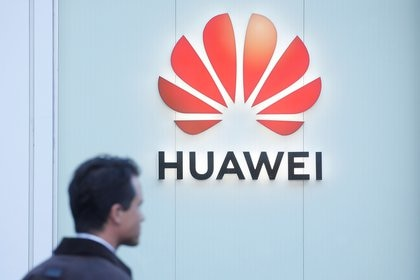 The logo of Huawei is seen in Davos, Switzerland Januar 22, 2020.  REUTERS/Arnd Wiegmann