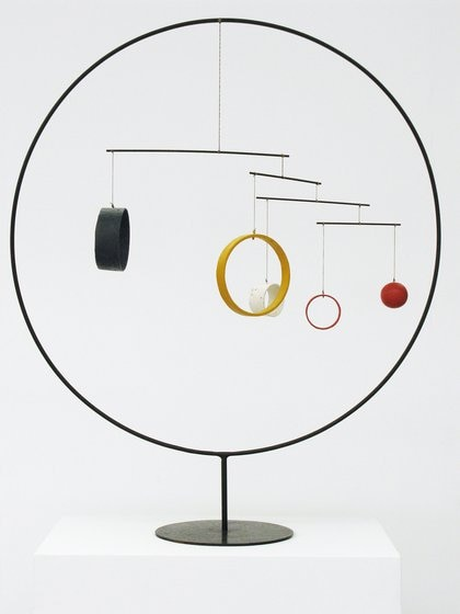 Sin Título, 1934. Tubo, varilla, madera, hilo de alambre, cuerda 114,5 x 94 cm Calder Foundation, New York © 2018 Calder Foundation, Nueva York / Artists Rights Society (ARS), Nueva York / SAVA Buenos Aires.