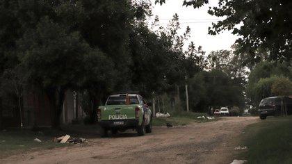 La calle donde vivía el agresor: un patrullero custodia que no haya represalias contra la casa que abandonó la familia de Martínez