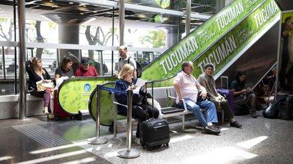 Desde la compañía recomiendan a los pasajeros que confirmen el estado de su vuelo en el Contact Center: 0810-999-9526 o a través de la página web de LATAM