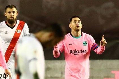 El delantero argentino del Barcelona Lionel Messi celebra tras marcar ante el Rayo Vallecano en dieciseisavos de final de la Copa del Rey en el Estadio de Vallecas, Madrid, España. 27 enero 2021. REUTERS/Sergio Pérez
