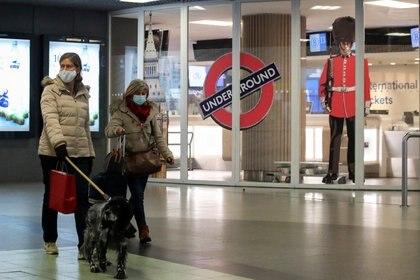 Dos mujeres pasan por la entrada cerrada de la terminal Eurostar en la estación de tren de Bruselas Sur después de que los vecinos europeos de Gran Bretaña comenzaran a cerrar sus puertas a los viajeros del Reino Unido en medio de la alarma por una cepa de coronavirus que se propaga rápidamente (Reuters)