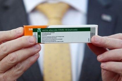 El Secretario de Salud del estado de San Pablo, Jean Gorinchteyn, sostiene una caja de la vacuna COVID-19 'CoronaVac' (REUTERS/Amanda Perobelli)