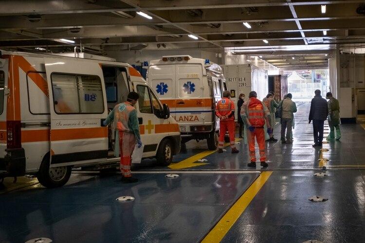 Trabajadores de la salud cerca de ambulancias en Italia (Marco Gozzi/Handout via REUTERS)