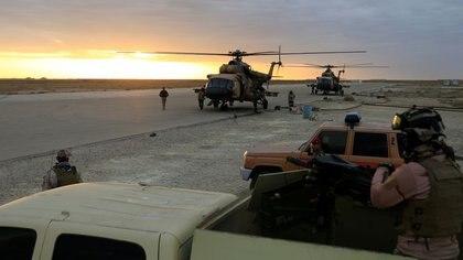 Foto de archivo. Helicópteros de la Fuerza Aérea Iraquí aterrizan en la base aérea de Ain al-Asad en la provincia de Anbar, Irak. 29 de diciembre de 2019. REUTERS/Thaier Al-Sudani