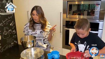 La cocina es uno de los espacios favoritos de Mateo, quien disfruta preparando postres (Foto: Captura de pantalla Hoy)
