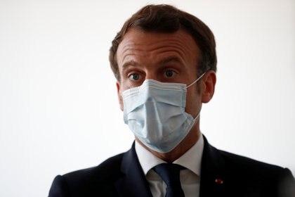 """El presidente francés, Emmanuel Macron, que inició la pandemia con las conmovedoras palabras """"estamos en guerra"""", no pudo aún explicar el primer atasco por la crisis de los barbijos, y ahora enfrenta sin respuesta el plan de vacunas mas lento de Europa. REUTERS"""