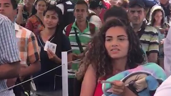 Miles de venezolanos cruzan la frontera con Colombia a diario
