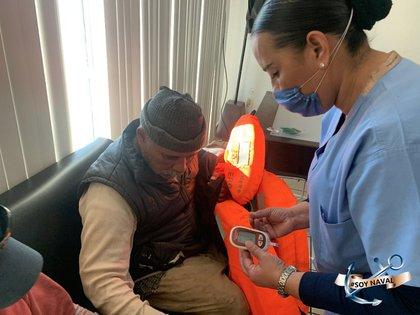 En tierra, los pescadores recibieron la valoración médica y se determinó su buen estado de salud (Foto: Twitter@SEMAR_mx)