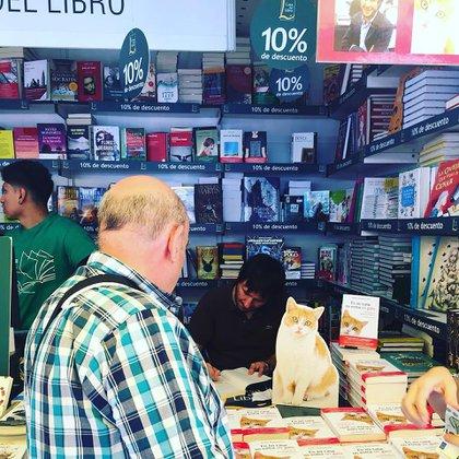 Zuazua en la Feria de España firmando su primer libro en el que cuenta su vida al lado de su gata Mía. (@enmicasanoentraungato)