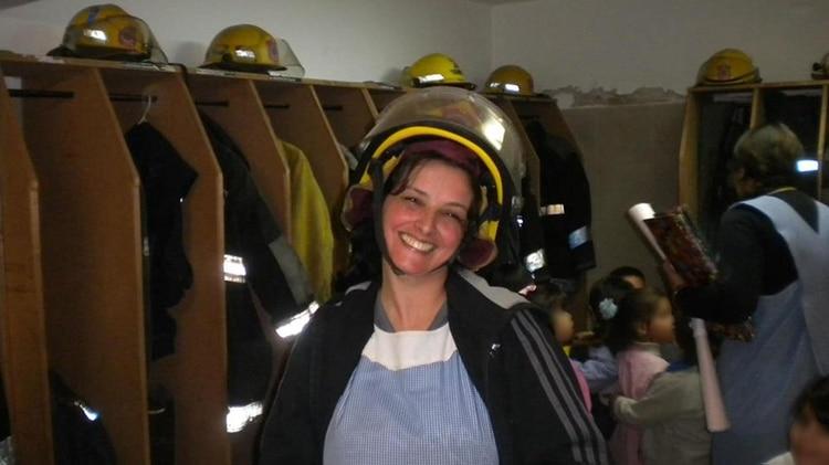 El uniforme de Teresa: guardapolvo de maestra jardinera y casco de bombera