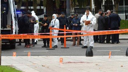 La escena del crimen de Yadón, con los agentes de criminalística peritando el lugar (Foto: Patricio Murphy)