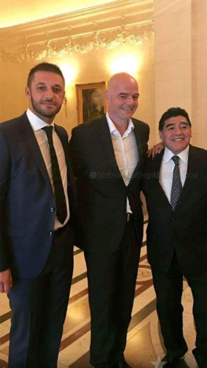 Diego junto a su abogado y amigo Matías Morla, y el presidente de la FIFA, Gianni Infantino