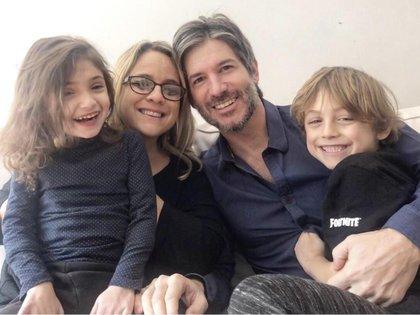 Con su esposo y sus dos hijos, Joaquín (8) y Clara (5).