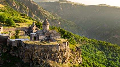 El país fue el primero en adoptar el cristianismo como religión estatal en 301 dC, y sus riscos de montaña albergan algunas de las primeras iglesias del mundo