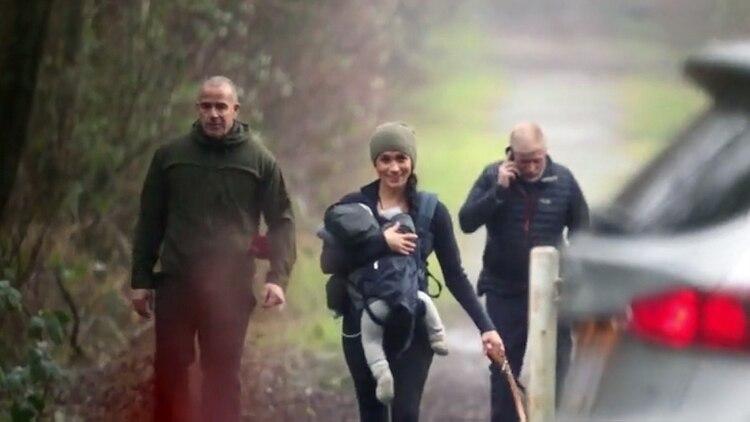 El paseo de Meghan Markle con su hijo Archie bajo el cuidado de dos de sus guardespaldas por un parque público de Vancouver, Canadá