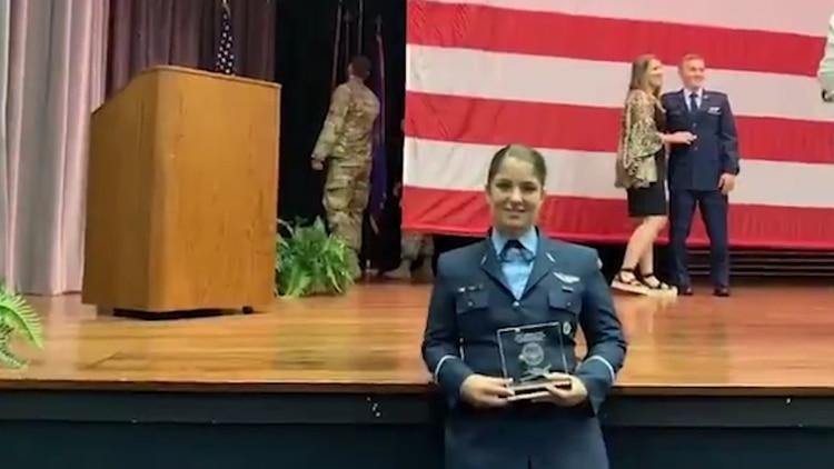 La alférez Sofía Vier, al recibir su diploma en Estados Unidos
