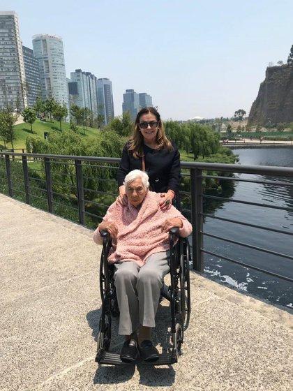 Laura Zapata se encarga del cuidado de su abuela, Eva Mange (Instagram: laurazapataoficial)
