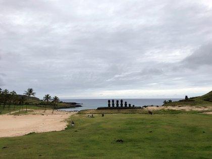 Fotografía del 27 de octubre de 2018, del Ahu Nau Nau, ubicado en la paradisíaca playa de Anakena, al noreste de la Isla de Pascua (Chile). EFE/Rubén Figueroa